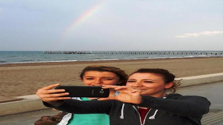 İftar öncesi gökkuşaklı selfie