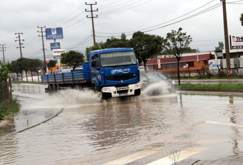 Bursa'da etkili olan sağanak yağış zor anlar yaşattı