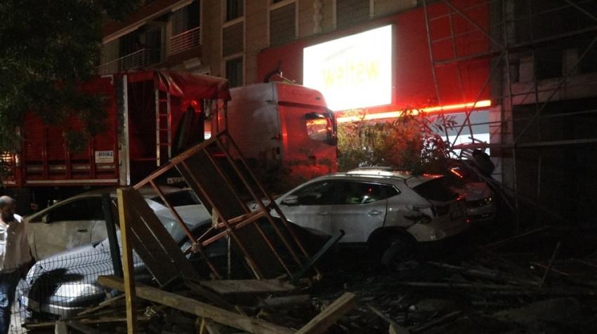 Tır park halindeki 7 otomobile çarptı