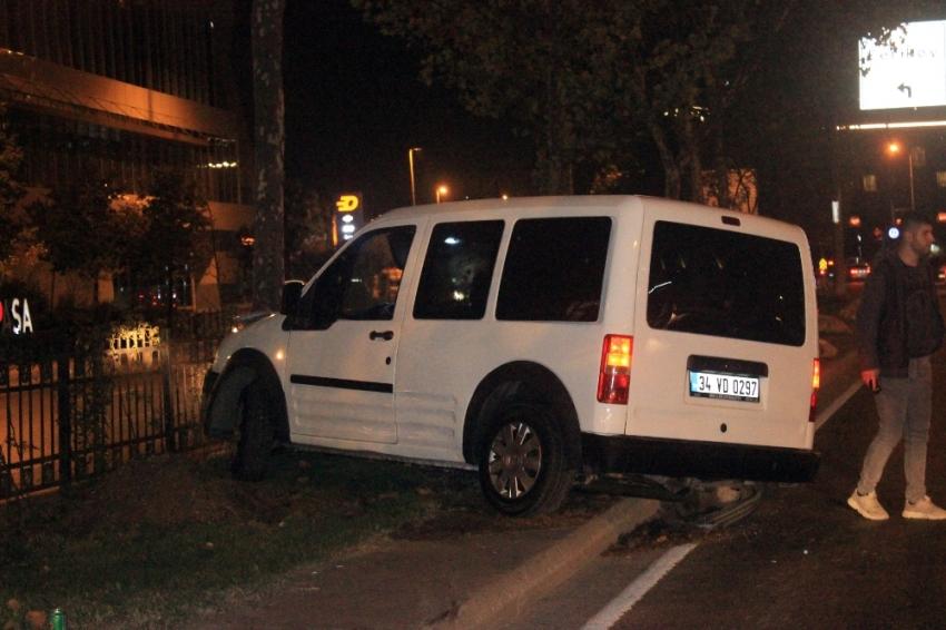Beyoğlu'nda kontrolden çıkan araç ağaca çarptı: 1 yaralı