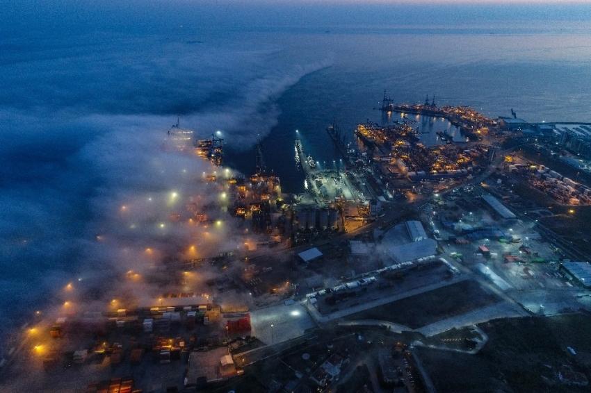 Deniz üzerinde sis bulutu böyle görüntülendi