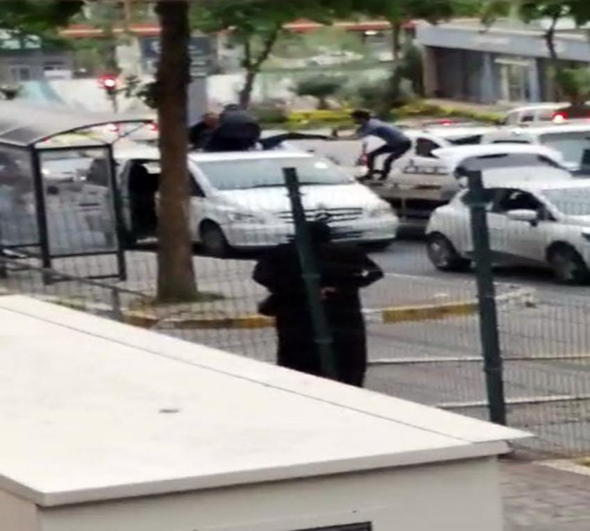 Aracının üzerine çıkan UBER sürücüsü polise direndi