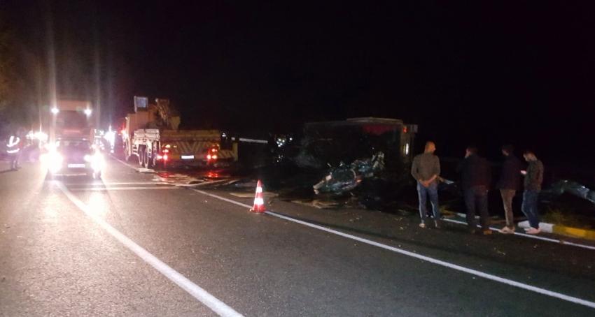 Tır devrildi, Zonguldak-Düzce karayolu trafiğe kapandı