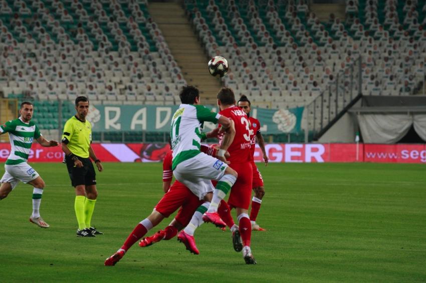 Bursaspor-Adana Demirspor maçında ilk yarı gol yok