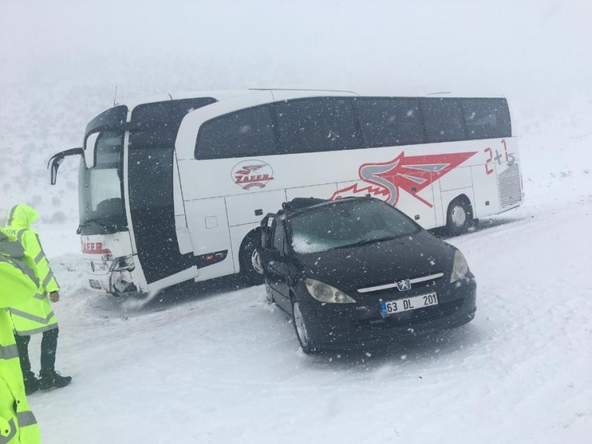 Otomobil otobüse çarpıştı: 2 yaralı