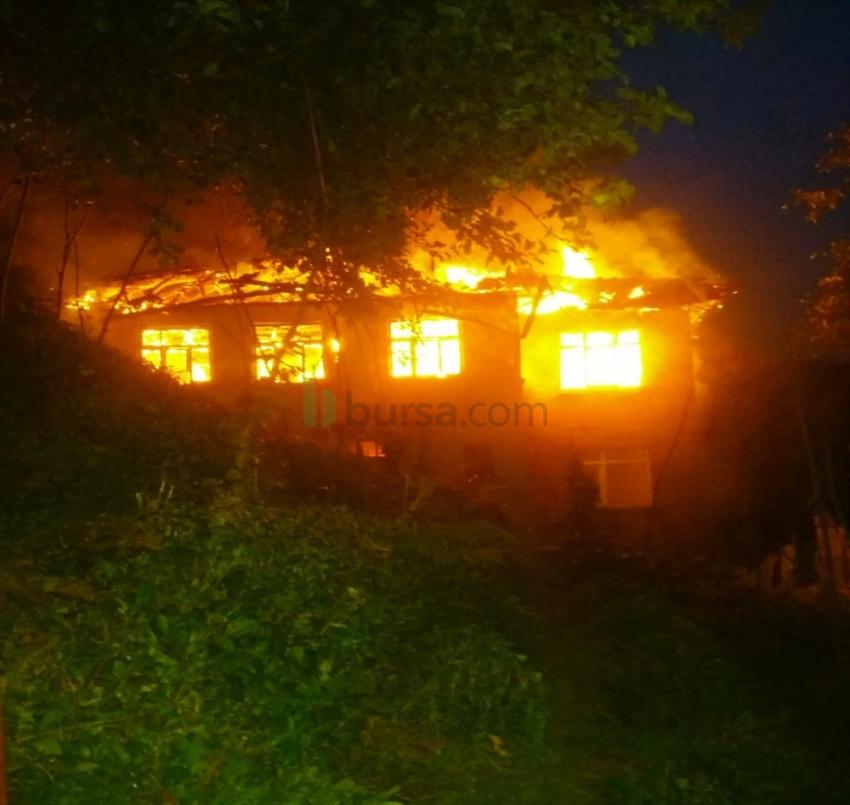 Çatı yangını evi kül etti