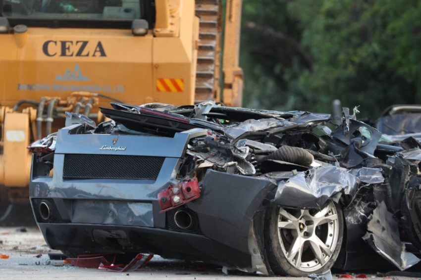 Gümrük kaçağı lüks otomobiller un ufak edildi