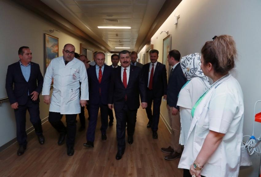"""Sağlık Bakanı Koca'dan Fatma Girik'e """"geçmiş olsun"""" ziyareti"""