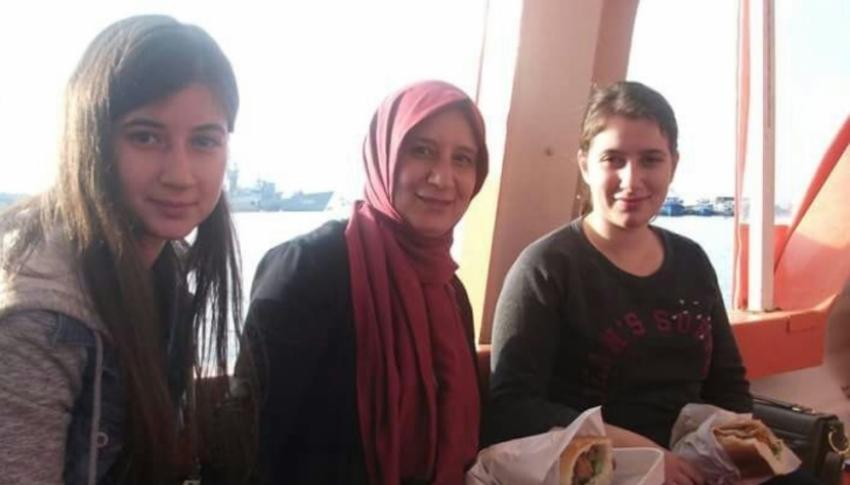 Anne ve kızları üniversitede
