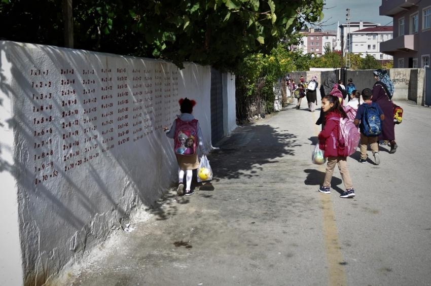 Çarpım tablolu bahçe duvarı şaşırttı