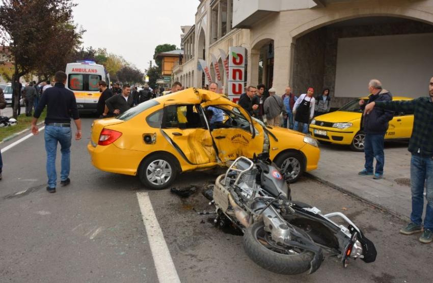 Bursa'da polis motosikleti taksi ile çarpıştı: 3 yaralı