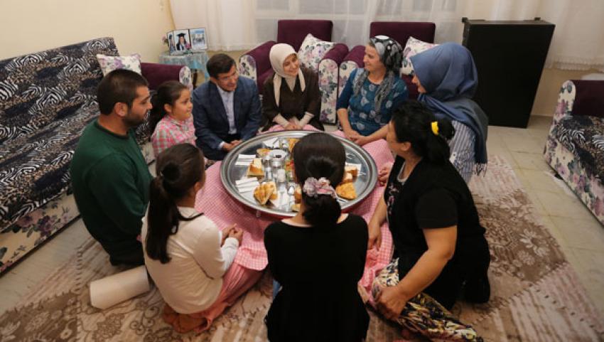 Başbakan Davutoğlu'ndan sürpriz iftar ziyareti