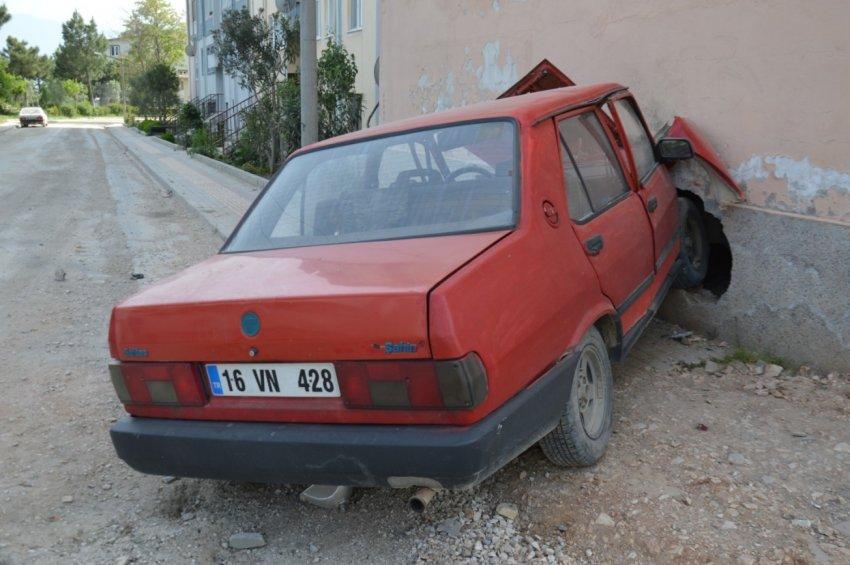Bursa'da araba binayı deldi