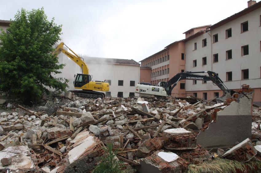 İnegöl'de hastane binasının yıkımına başlandı