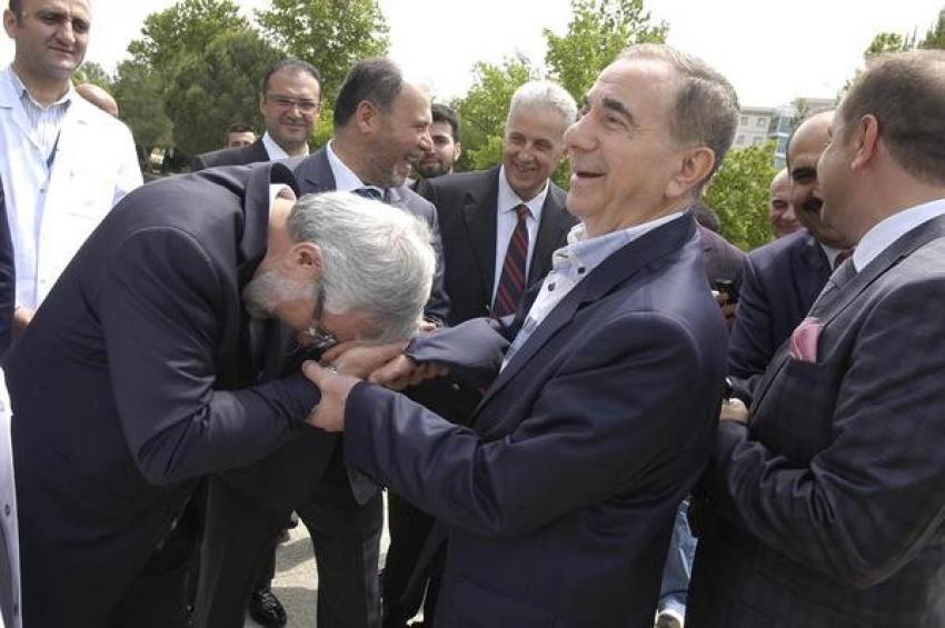 Ulcay, hayırsever iş adamının elini öptü