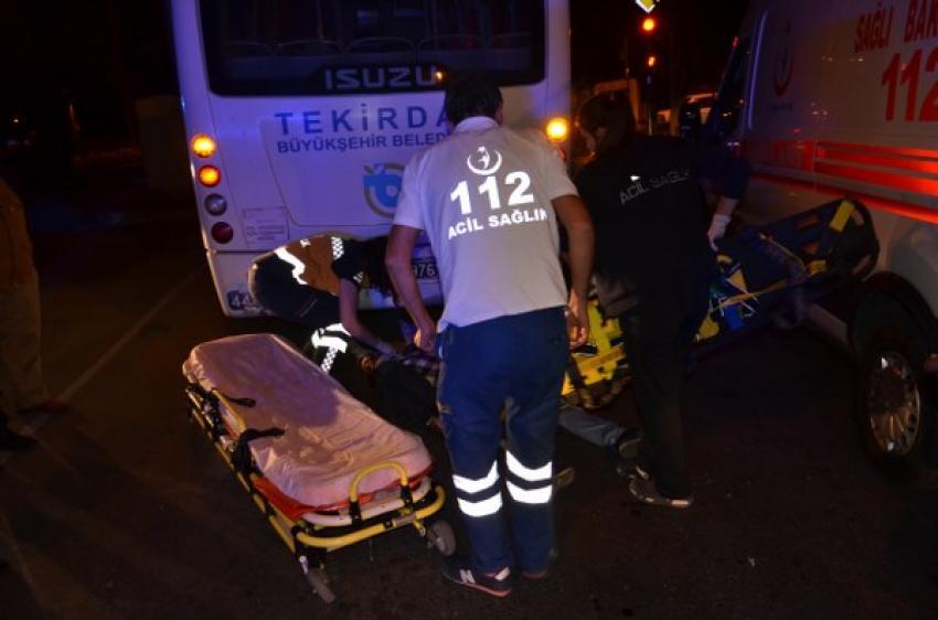 Motosikletli, halk otobüsüne çarptı