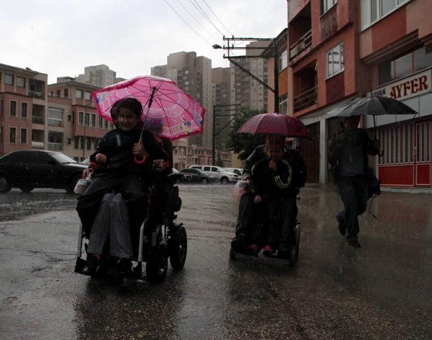 Bursa'da oy kullanmaya giden çift yağmura yakalandı