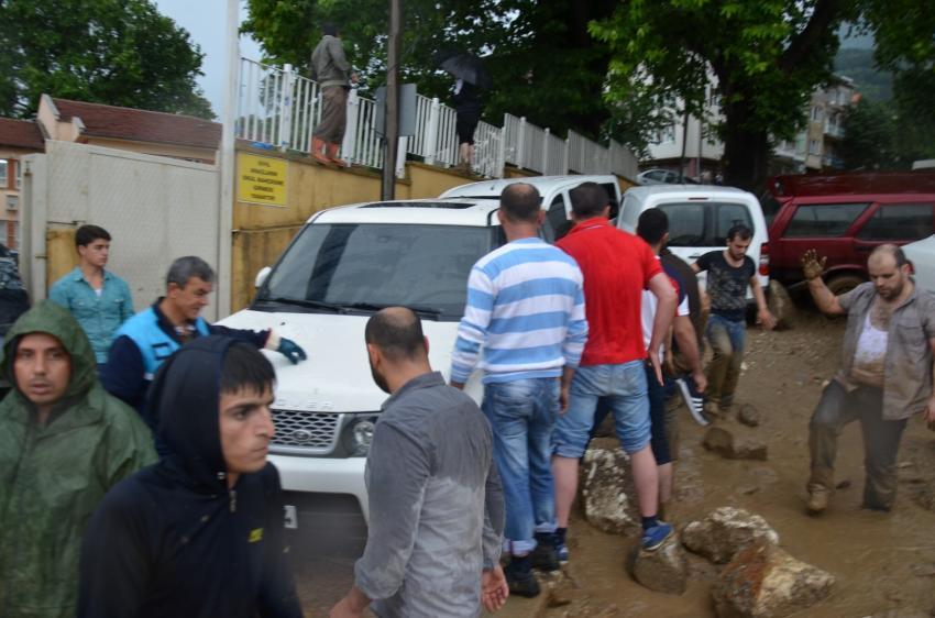 Bursa'da sel okulun duvarını yıktı olanlar oldu