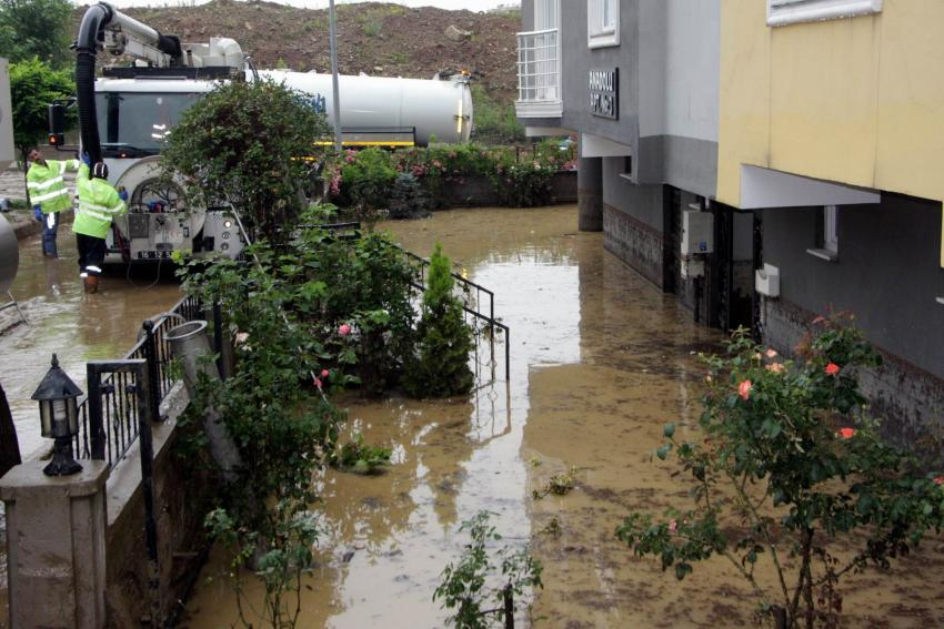 Bursa'da apartmanı su basınca içeride mahsur kaldılar!