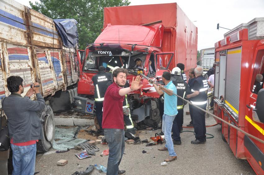 Bursa'da kabinde sıkışan sürücü böyle kurtarıldı