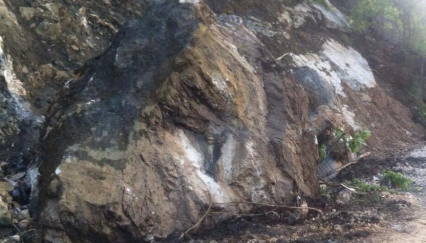 Bursa'da yuvarlanan kayalar yol kapattı