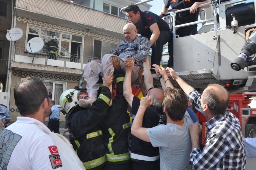 Bursa'da yangında mahsur kalan yaşlı adam böyle kurtarıldı
