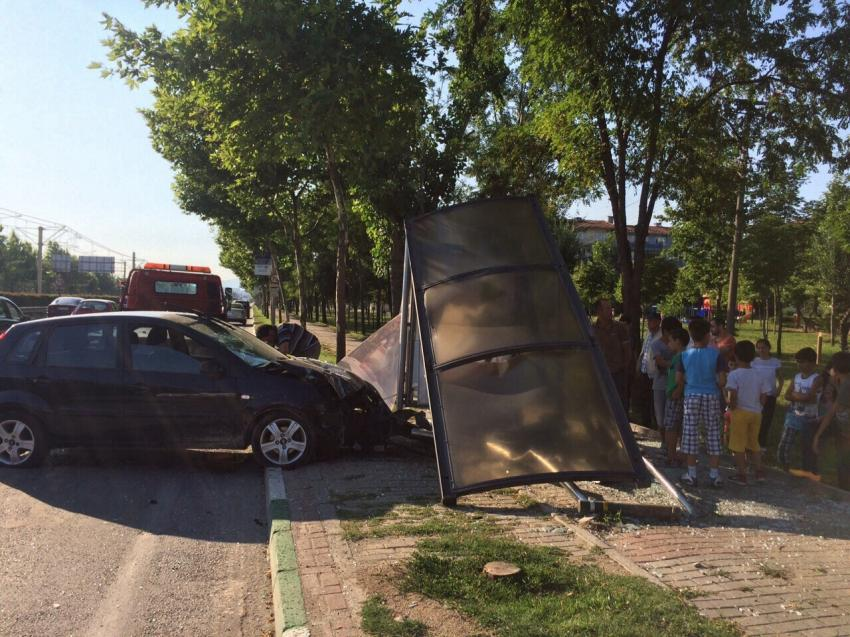 Bursa'da otomobil otobüs durağına daldı!