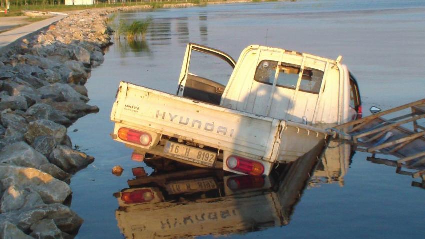 Bursa'da kamyonet göle uçtu!