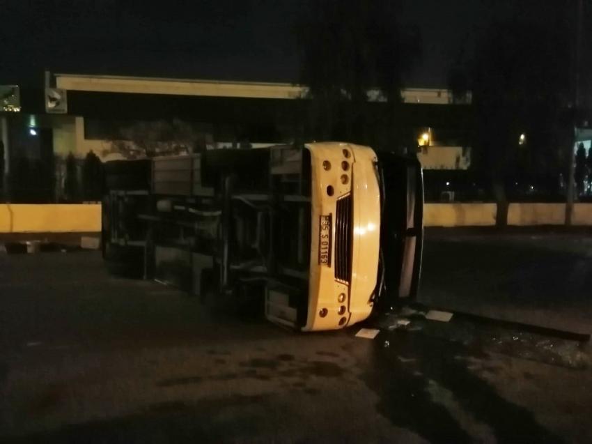 Minibüs ile belediye otobüsü çarpıştı: 10 yaralı