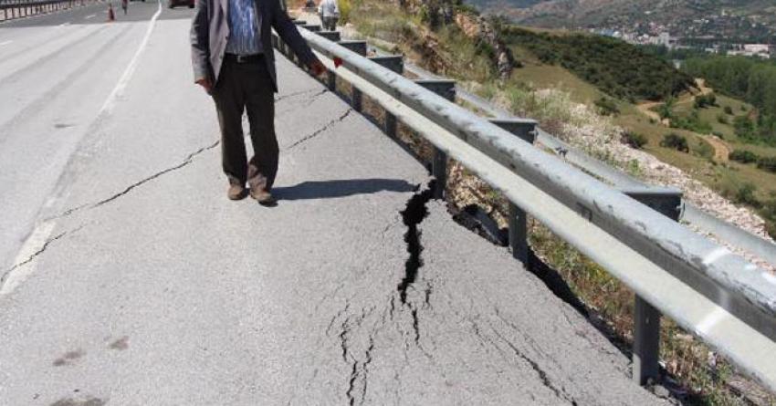 Karayolunda asfaltta yarıklar oluştu