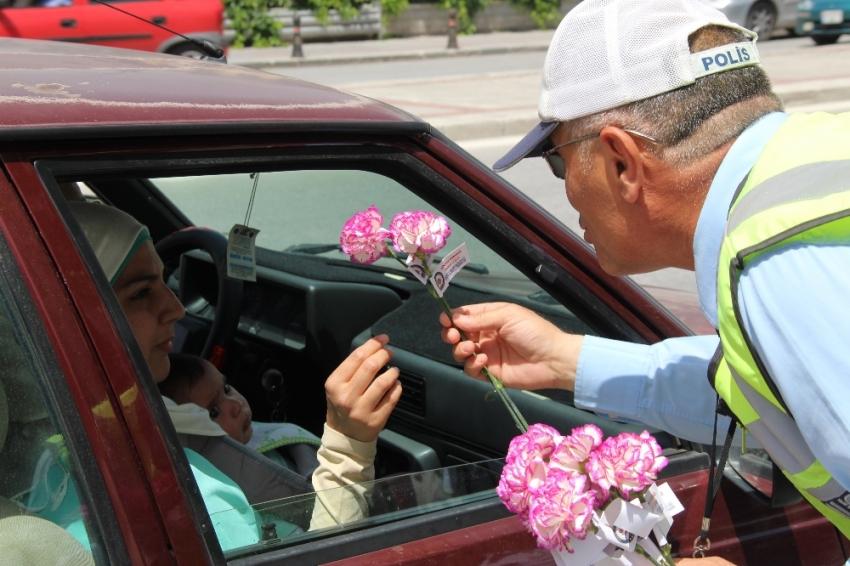 Kadın sürücülere karanfil sürprizi