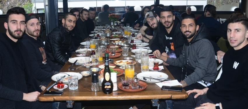 Umut Nayir'den takıma kahvaltı