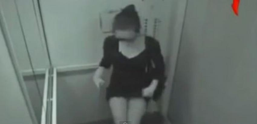 Genç kız asansörde gizli kameraya yakalandı