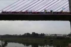 245 kişi aynı anda köprüden atladı