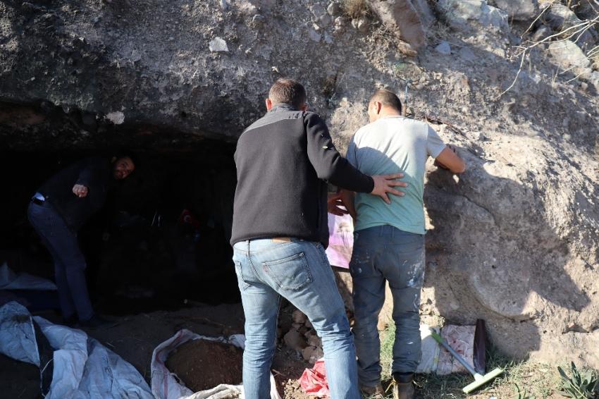 Kaya mezarı kazarken yakalandı, savunması şaşırttı