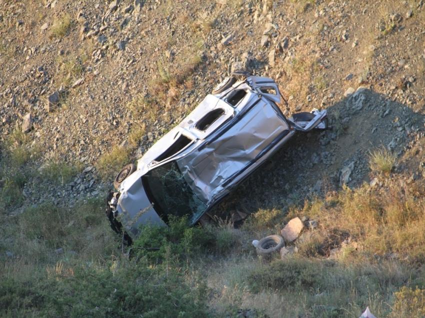 Araç uçuruma yuvarladı: 5 yaralı