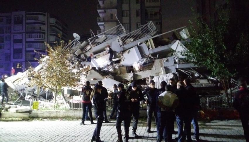 İzmir'deki enkazdan bir kişinin daha cansız bedeni çıkarıldı