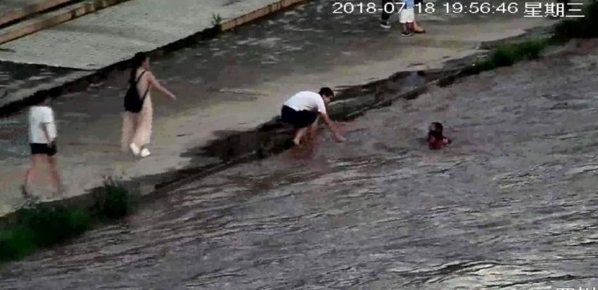 Çocuğu son anda kurtardı