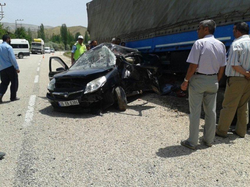 Otomobil TIR'ın altına girdi: 8 yaralı