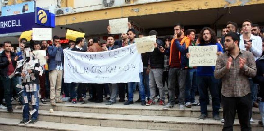 Üniversiteliler kira fiyatlarını protesto etti: Aileye 5, öğrenciye 15