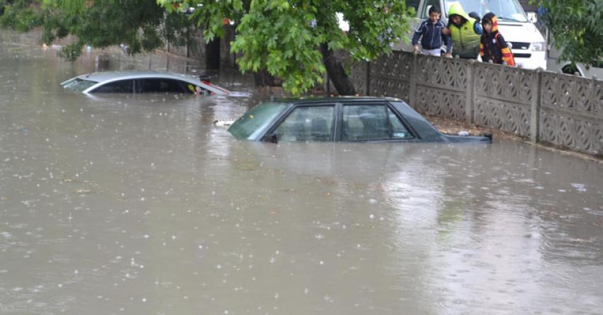Otomobiller suya gömüldü!