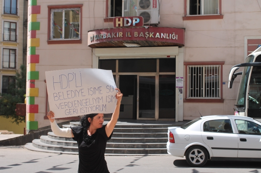 İşten çıkarılan engelli kadın, HDP önünde eylem yaptı