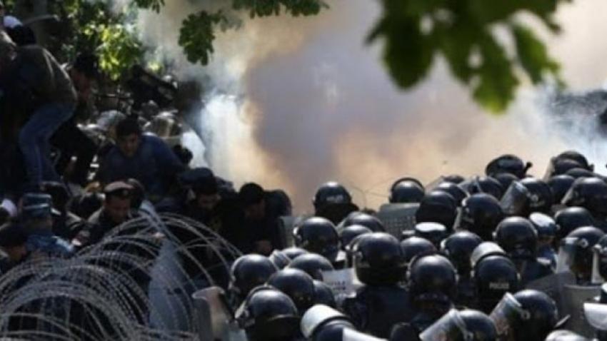 Göstericiler hükümet binasını bastı