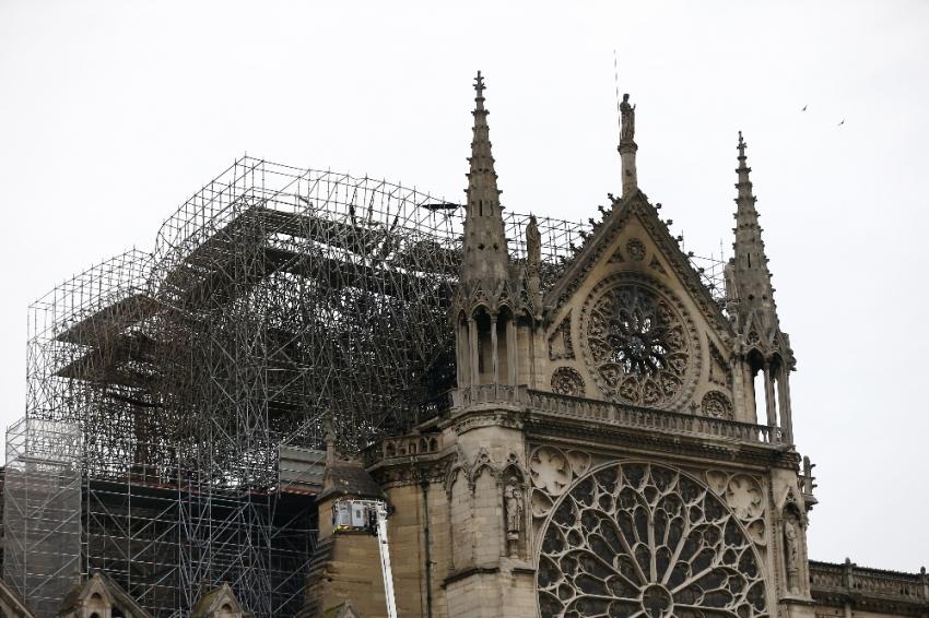 """""""Notre-Dame Katedrali'ni yeniden inşa edeceğiz"""""""