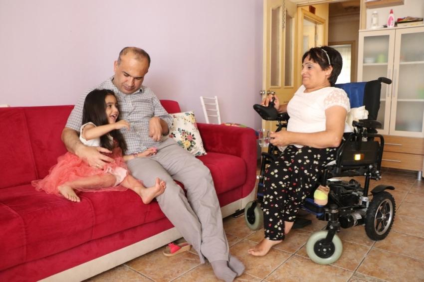 Minik Zeynep engelli ailesinin hayatına renk kattı