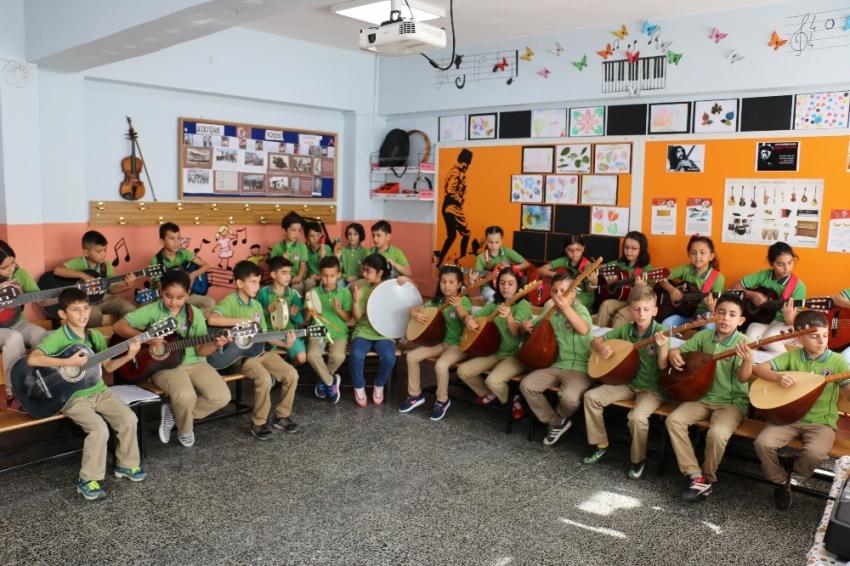 Bu sınıfta herkes en az iki enstrüman çalıyor