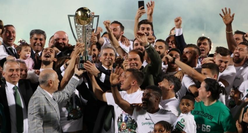 Denizlispor şampiyonluk kupasını kaldırdı