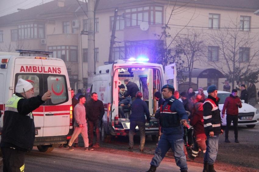 Otomobile çarpan minibüs lokantaya daldı: 1 ölü, 11 yaralı