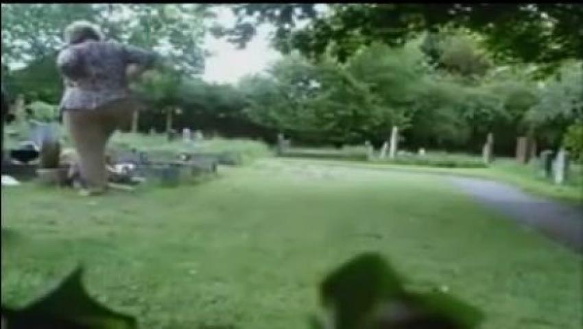 Annesinin mezarına gizli kamera koydu şok oldu! İşte o kayıtlar...