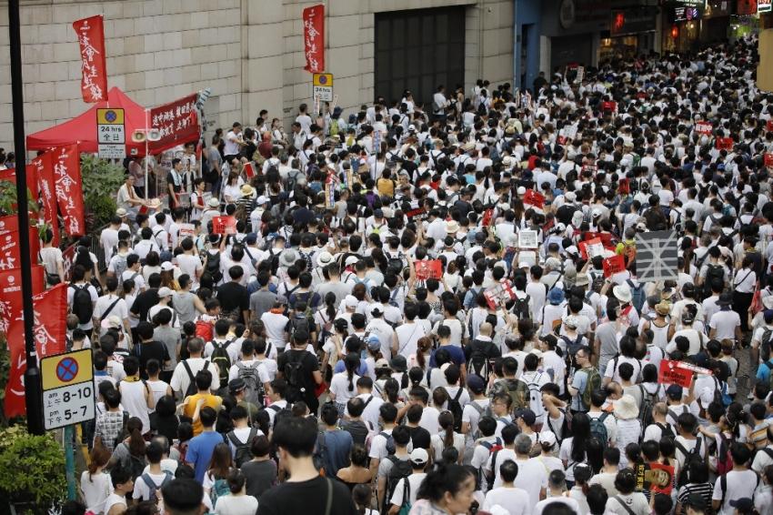Hong Kong'da yüzbinler Çin'e karşı sokakta